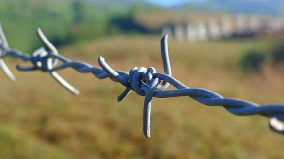 barbed-wire-114500_960_720-700x394