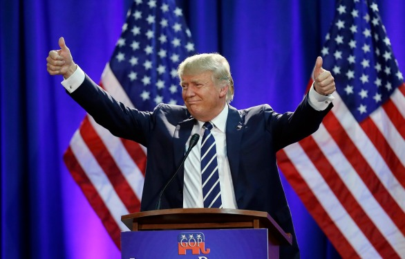Republican presidential candidate Donald Trump acknowledges the crowd after addressing a GOP fundraising event, Tuesday, Aug 11, 2015, in Birch Run, Mich. Trump attended the Lincoln Day Dinner of the Genesee and Saginaw county Republican parties. (AP Photo/Carlos Osorio)